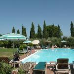 La piscina dell'albergo in una bella giornata di agosto