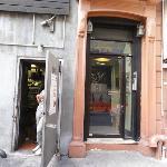 ドミトリー入り口はアジア料理屋の厨房と隣り合わせでいつもドアが開けたまま。 油っぽい臭いが窓から部屋の中まで入ってきます。