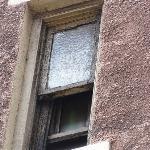 窓はホコリというか一面泥だらけ。部屋の窓から何が見えると思います?? これで部屋もトイレもシャワーも奇麗かどうか想像つくでしょう。