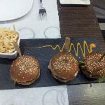 Trío de hamburguesitas. No son simples hamburguesas, todas son diferentes y aromáticas.