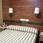 dormitorio.Individual con cama de matrimonio