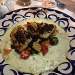 El Fino, pescado en costra de chapulines con salsa de mezcal