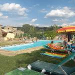 Angolo piscina e agriturismo sullo sfondo