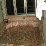 large hot tub emrald suite