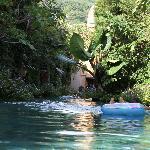 La piscina intorno alle ville