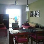 Salle à mangé et salon entre les deux chambres