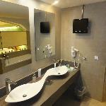 serenity suite : master bathroom