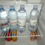 Frigobar sfornito. Bottiglietta di acqua usata (non mia!!!!)