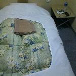 3畳の部屋にベッド、机、テレビ冷蔵庫が付いてます!