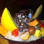 Trionfo di frutta autunnale ed esotica con gelatini di noci e castagne