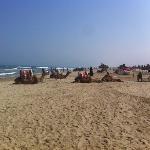 à droite de la plage