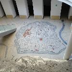 地下には旧市街の地図が描かれる