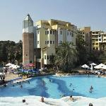Zicht op deel hotel en zwembad
