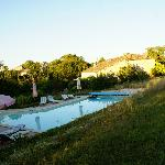 Zicht op zwembad en de gites