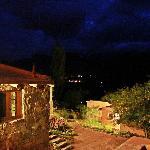 Al fondo se pueden ver las luces de la ciudad de Tilcara