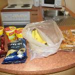 ポテチ、カップ麺、バナナ、パン