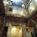 吹き抜けに作られた金色に輝く礼拝堂