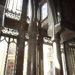 贅沢な大理石の柱と窓の鉄