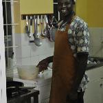 Moses was terecht trots op zijn heerlijke kookkunsten. En altijd vrolijk!
