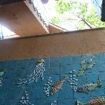 Blick auf Wand und darüber liegende Treppe