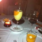 Genial idea! gazpacho andaluz y de melon en la misma copa, y ademas salmorejo... el vino decanta