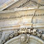 Detalle de la fachada inferior que da la puerta principal de ingreso.