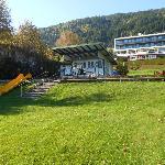 Blick vom Ufer über die Liegewiese zum Hotel