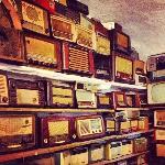 Parede com rádios antigo numa das salas da Adega Velha