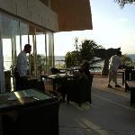 restaurant en terrasse à côté de la piscine surplombant la mer