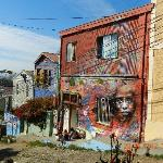 Calle con murales en Cerro Alegre - Concepcion