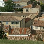 depuis la cité on aperçois la maison façade rose volet gris