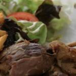 Une cuisse de canard confite et frites maison. Rien a redire la viande est fondante et se marie
