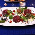 tartare di tonno con salsine. gusto fresco e delicato.