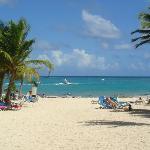 une magnifique plage de sable blanc