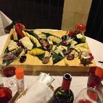 Formaggi con marmellate di cipolla, uva e peperoncino.