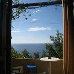 Blick vom Hotelzimmer aufs Meer (dazwischen eine wengi befahrene Straße)