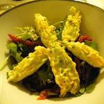 Insalata con fiori di zucchina pastellati