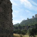 Imagen del castillo desde los restos de muralla que bajan por el cerro.