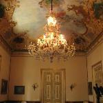 Salon avec magnifique lustre