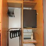 Armario con minibar y caja fuerte en su interior