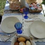 Der Frühstückstisch im Garten