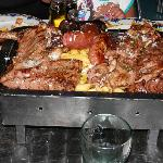 parrillada de carne a la brasa para cuatro personas