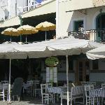 La façade du restaurant avec les 2 noms grec et français