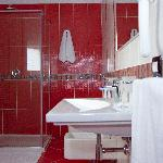 Large and modern equipped bathroom