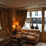 ホテルの玄関とラウンジスペース