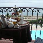 le petit-déjeuner sur la terrasse face à la mer