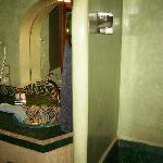 Chambre leila : Salle de douche en tadelak vert,  vasque en porcelaine