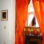 Chambre Loubna:Petit bureau face au patio dans alcôve.