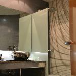 amplio baño con ducha de hidromasaje y bañera (separadas)