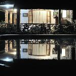 Reflejo nocturno del hotel en la piscina